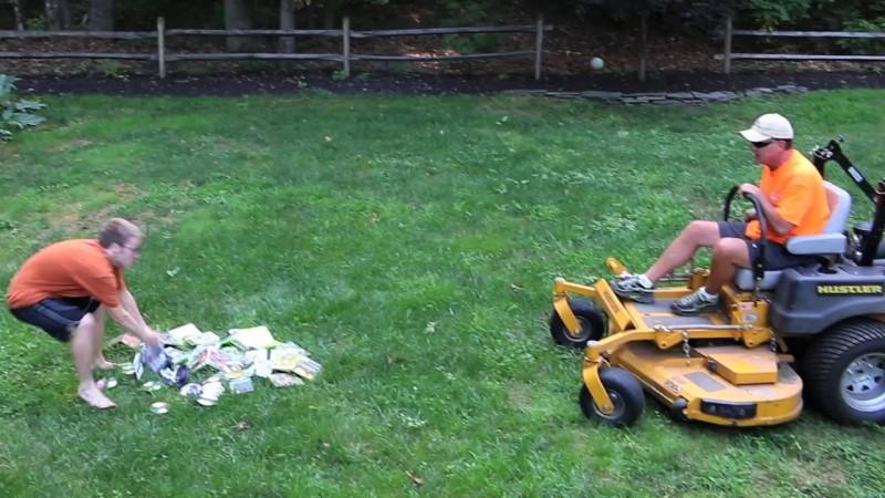 Vater zerstört Computerspiele mit dem Rasenmäher